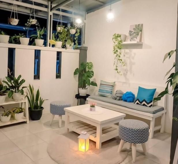 Ruang tamu di teras dihias dengan tanaman hias