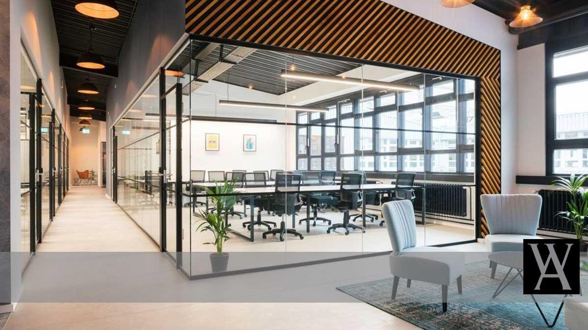Kantor Modern dengan Partisi Kaca