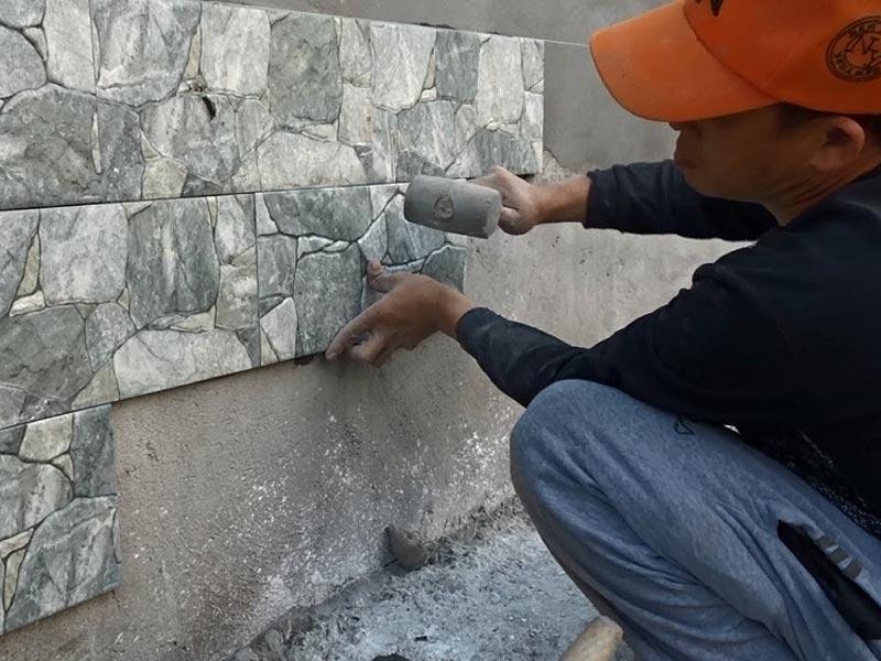 cara memasang keramik dinding