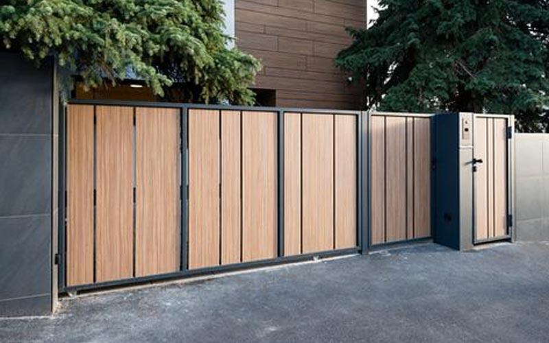 pintu pagar kayu