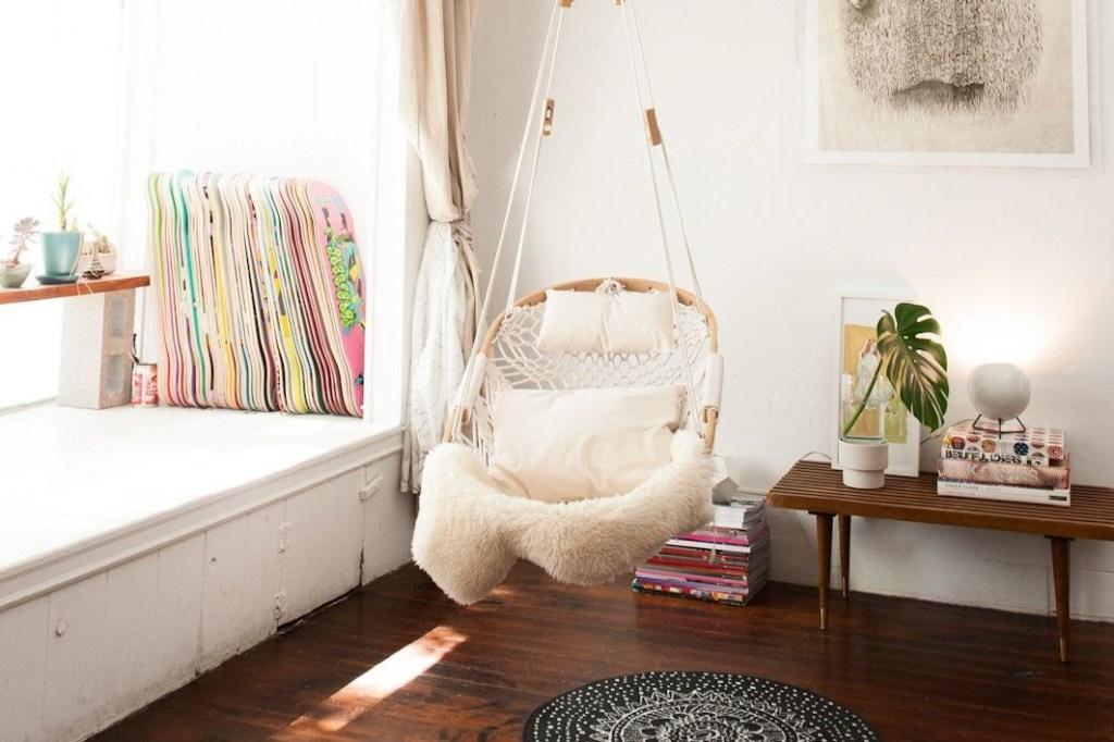 Ruang Baca Minimalis dengan Kursi Gantung