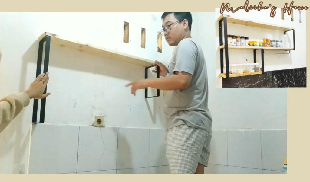 memasang rak dapur