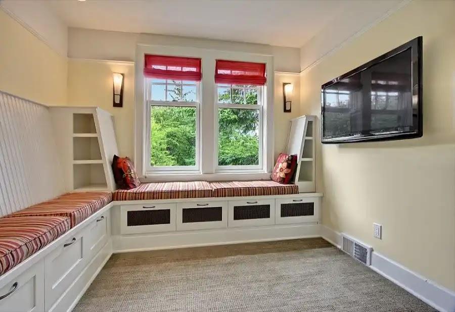 Ruang TV dengan Tempat Duduk Built In