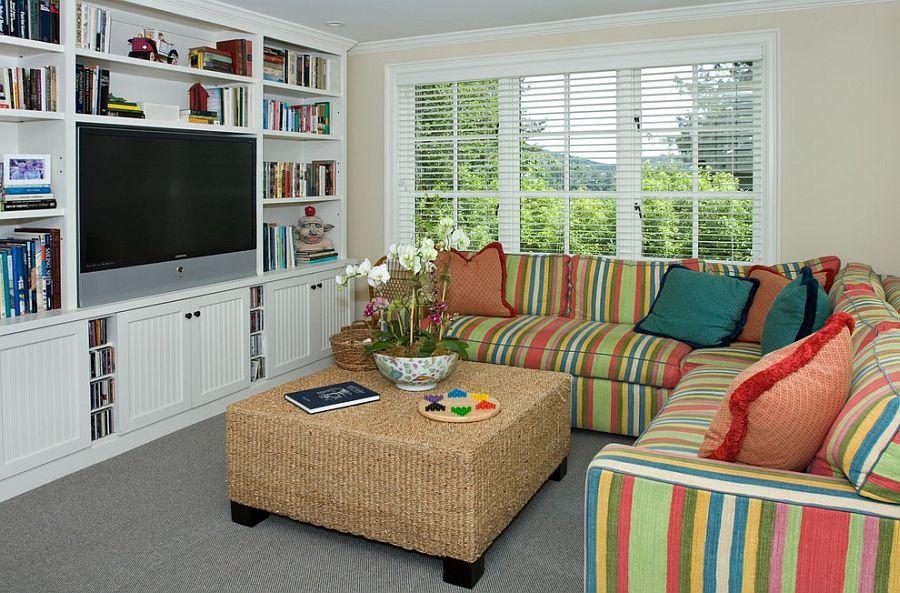 Ruang TV Multifungsi dengan Rak Buku Built In