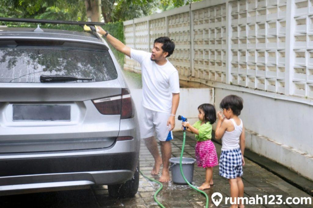 mencuci mobil di rumah