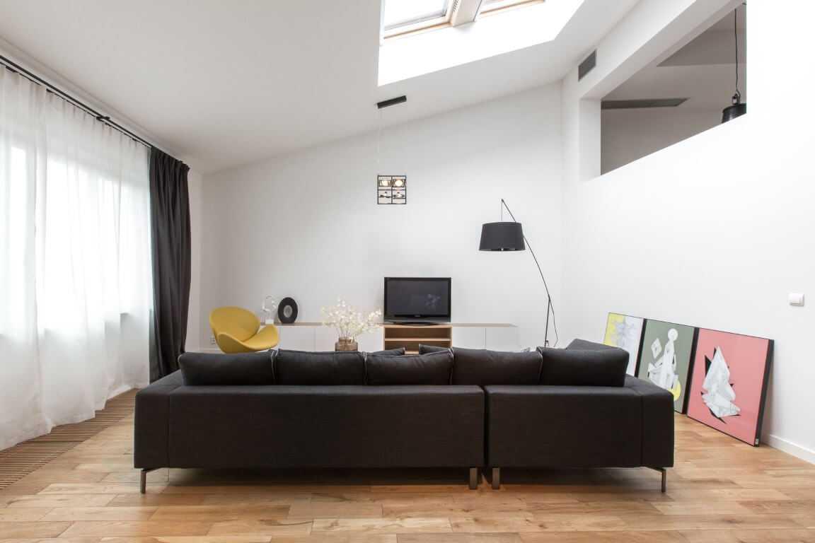 Plafon Rumah Minimalis dengan Skylight di Ruang Tamu