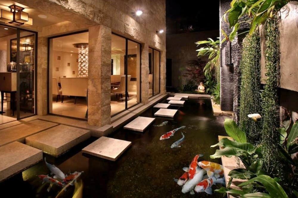 Taman Samping Minimalis dengan Kolam Koi