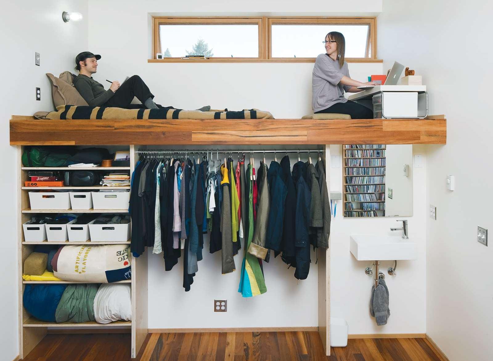 Walk In Closet Mini dengan Area Loft