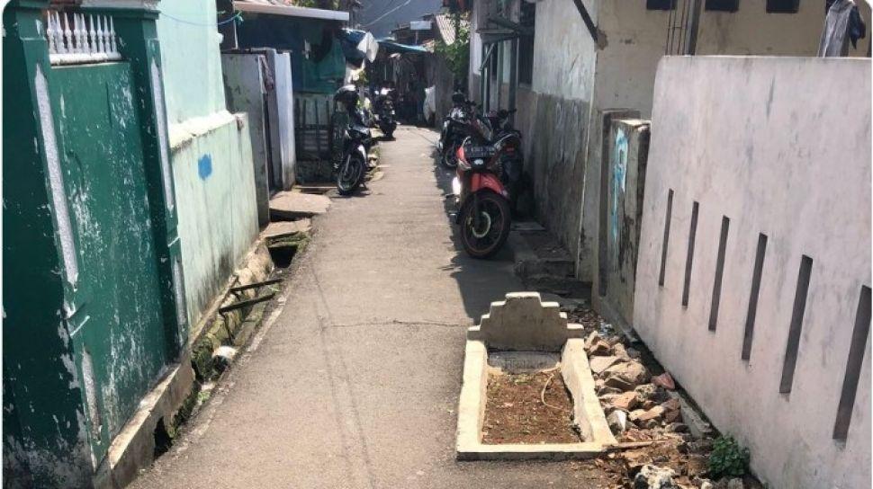 kuburan di depan rumah