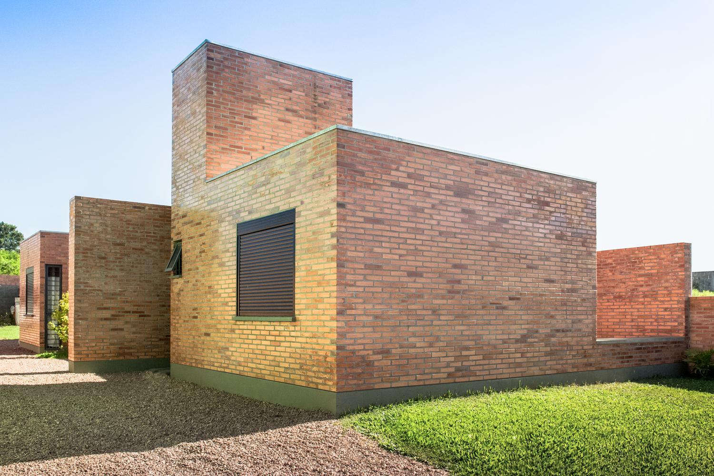 Material Batu Bata Ekspos untuk Rumah Industrial 1 Lantai