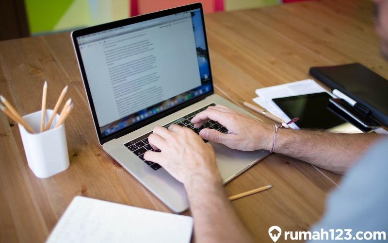 menulis di laptop