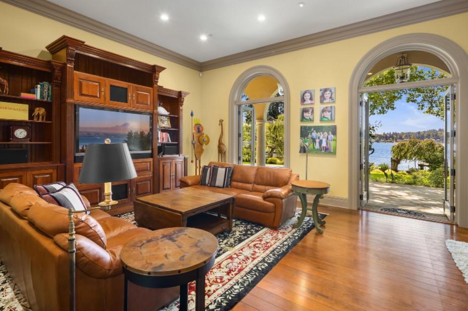 Interior untuk Ruang Keluarga Desain Rumah Mediterania